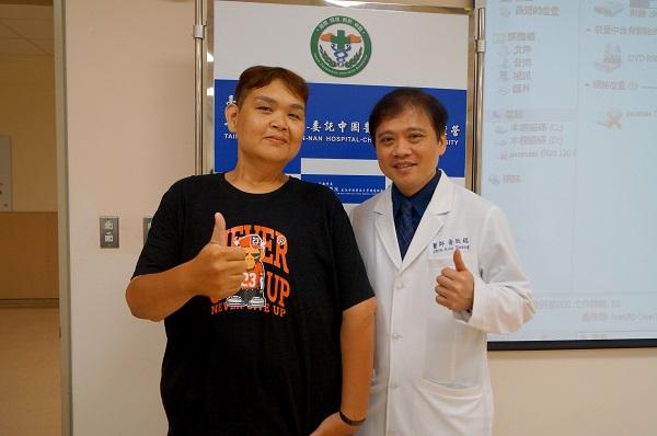 呂宗憲病人(左)感謝黃致錕院長(右)