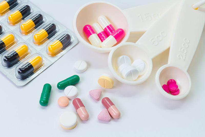常有老人因為對於藥物與疾病的相關性不夠了解,不知用藥安全的重要性,導致吃錯藥、自行調整劑量或頻率,甚至擅自停藥。