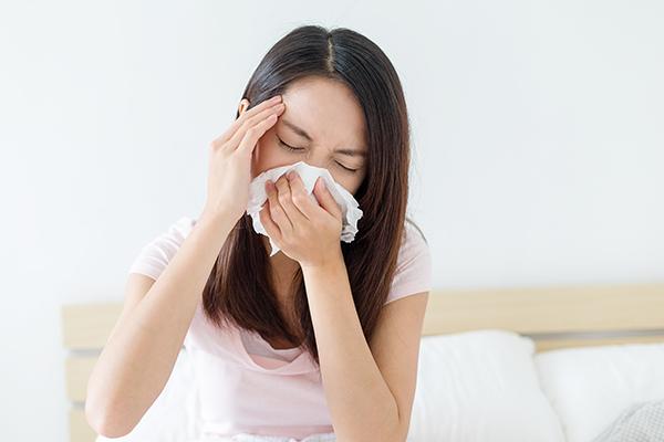 流感的症狀與一般感冒不同,通常為發燒、頭痛、肌肉痛、疲倦、流鼻涕、喉嚨痛及咳嗽等